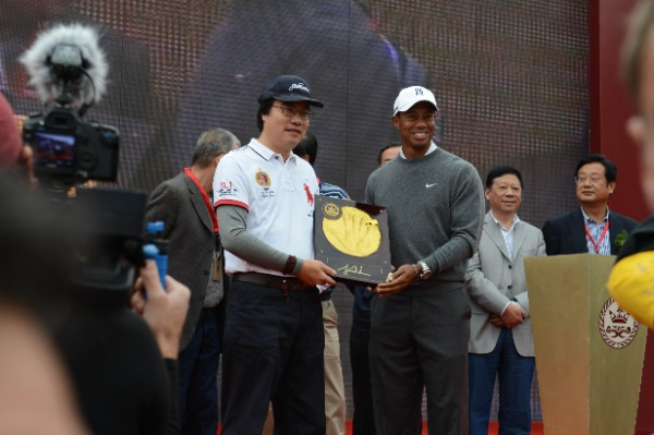Golfer Tiger Woods of the United States, front right, shows his handprint during a ceremony for a golf exhibition match in Zhengzhou city, central Chinas Henan province, 29 October 2012