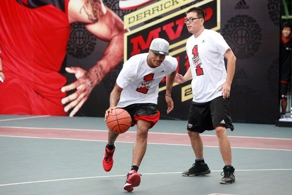 NBA star Derrick Rose of the Chicago Bulls plays basketball with young Chinese players at a meeting with fans during his China tour in Shanghai, China, 23 August 2011.